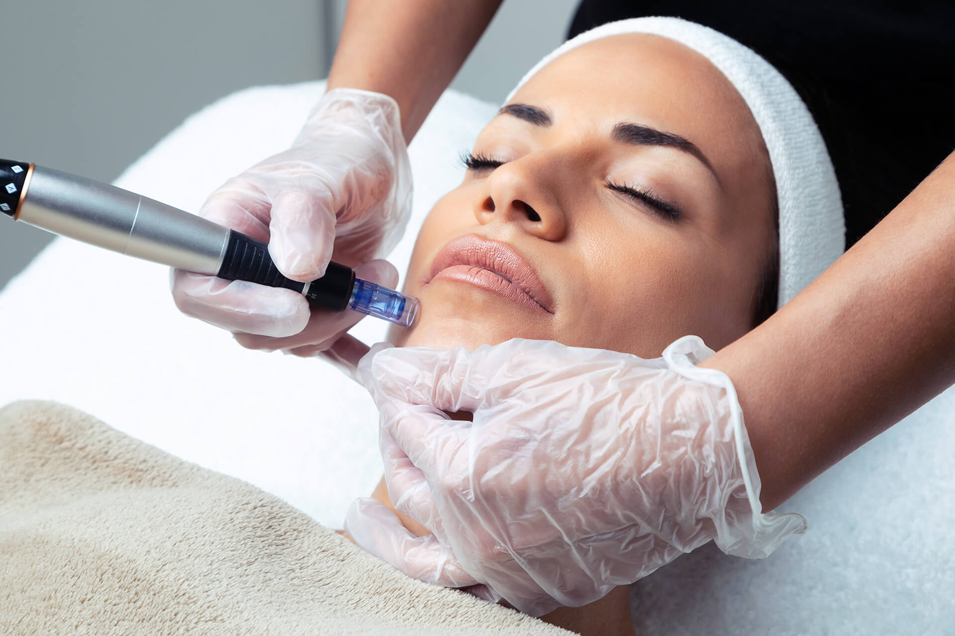 cosmetologist-making-mesotherapy-injection-with-de